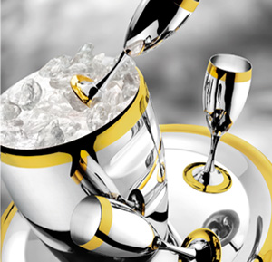 As a rule, a bottle of champagne is served before the guests in an ice bucket.